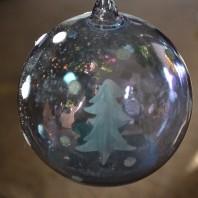 Защо Коледа заприлича на маскен парад, в който всеки е нещо друго, но не и себе си